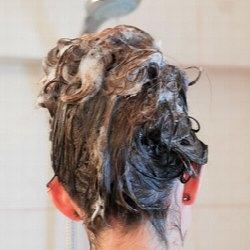 Ekologie v koupelně: Šampony vs. návrat do středověku?
